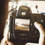 vue d'un apparail photo professionnel tenu par le photographe