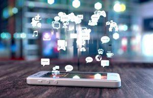 Una tablet desde la cual salen símbolos de mensajería