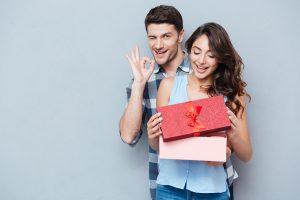 Un chico le entrega un regalo a una chica