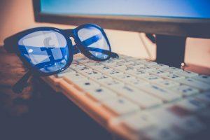 Gafas de FB sobr eun teclado