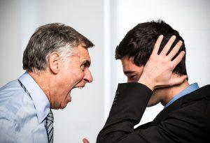 Un jefe le grita a su empleado
