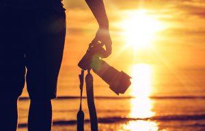 Un fotógrafo está frente al mar