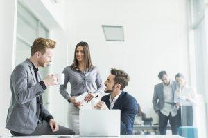 Grupo de oficinistas charlando en la pausa del café