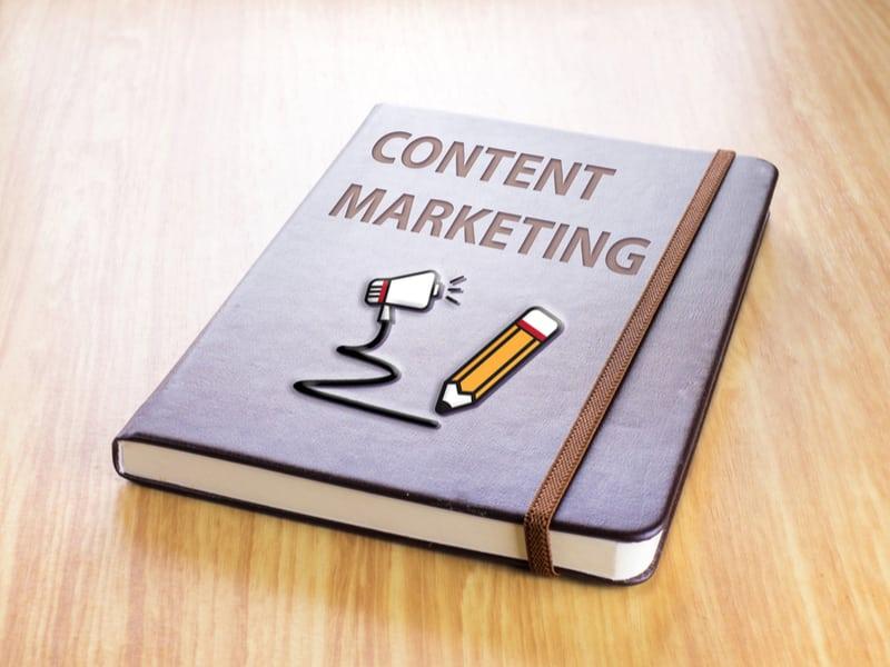 Content Marketing Buch auf Tisch