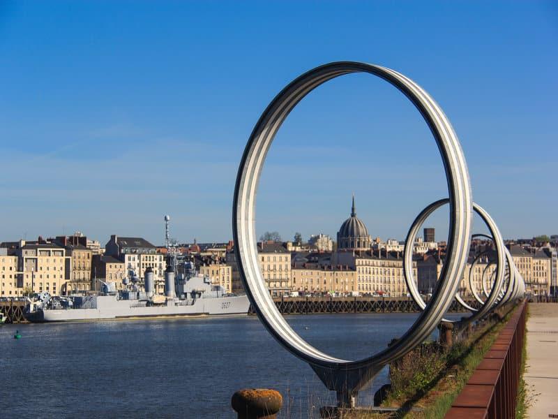 image de la ville de nantes avec la sculpture des anneaux