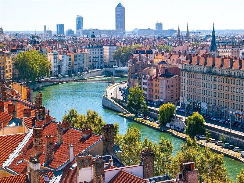 image de la ville de lyon et de la rivière qui coule