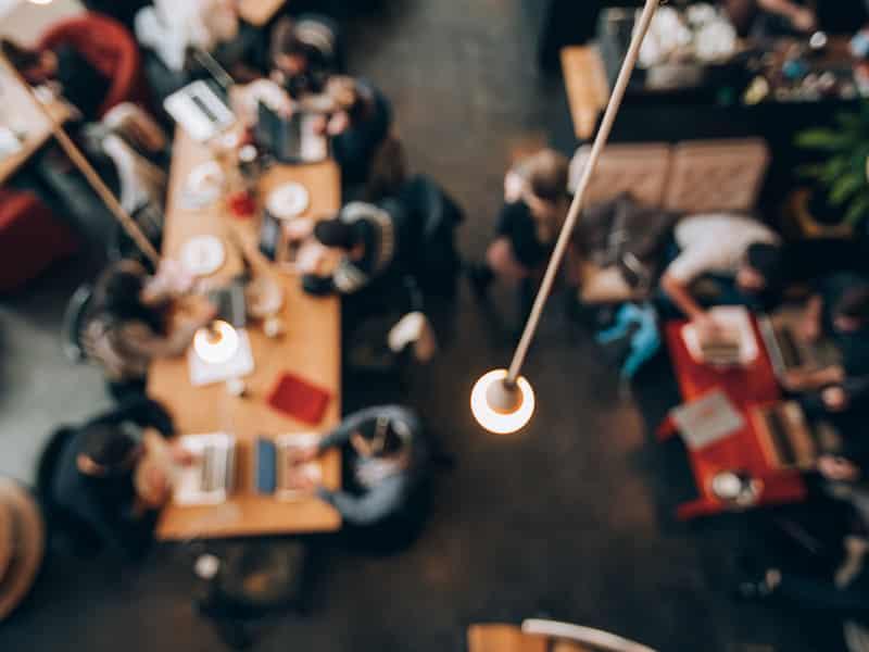 espace de coworking vu du dessus et légèrement flouté
