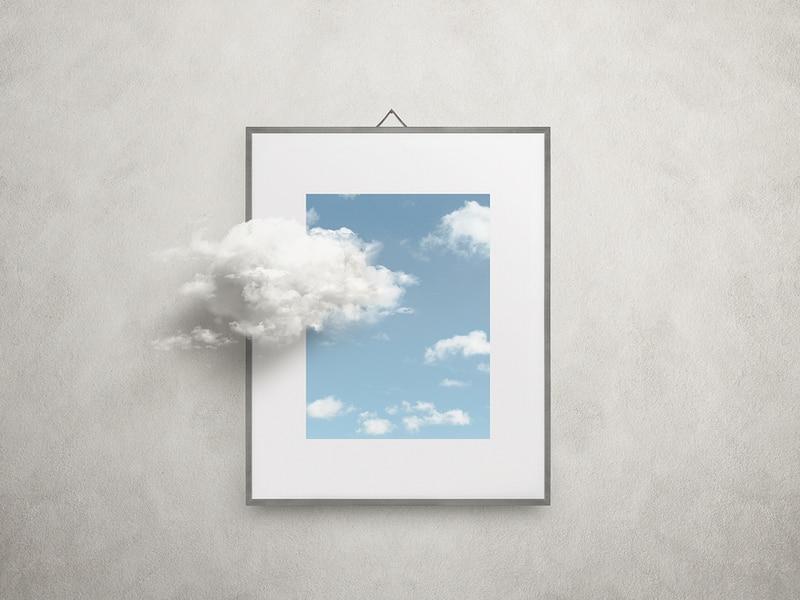 miroir avec un fond bleu et un nuage devant minimalist
