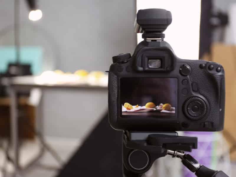 appareil photo professionnel photographian des citrons sur une table