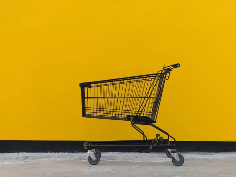 chariot de commission devant un fond jaune
