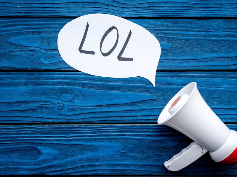 mégaphone sur un plancher peint en bleu avec les lettres LOL dans une bulle de bande-dessinée