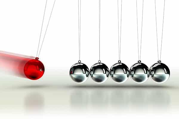 pendule de newton avec une boule rouge qui heurte cinq boules grises illustrant le taux de rebond d'un site