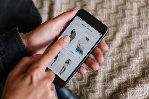 Una persona buscando comprar a través de una página online de ropa